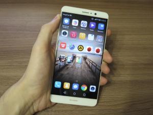 Фаблет Huawei Mate 9 в руке