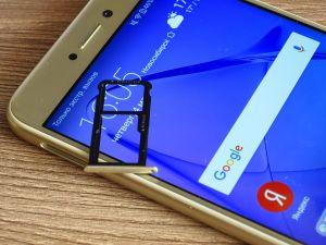 Слот под сим-карты в смартфоне Honor 8 Lite