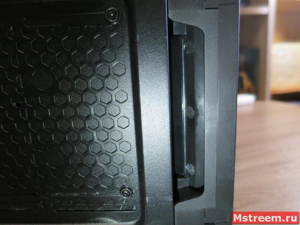 Корпус Fractal Design Meshify C Mini. Отверстие для снятия передней крышки или сетки с фильтром